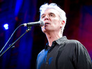 "David Byrne synger ""(Nothing But) Flowers"""